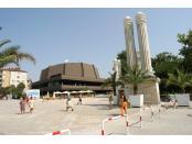 Фестивален и конгресен център се намира пред входа на морската градина